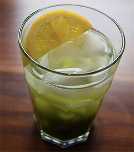 Photo of a glass of iced Metcha Tea with a slice of lemon